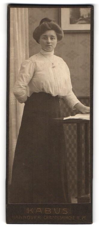 Fotografie Kabus, Hannover, Portrait bürgerliche junge Dame mit Hochsteckfrisur
