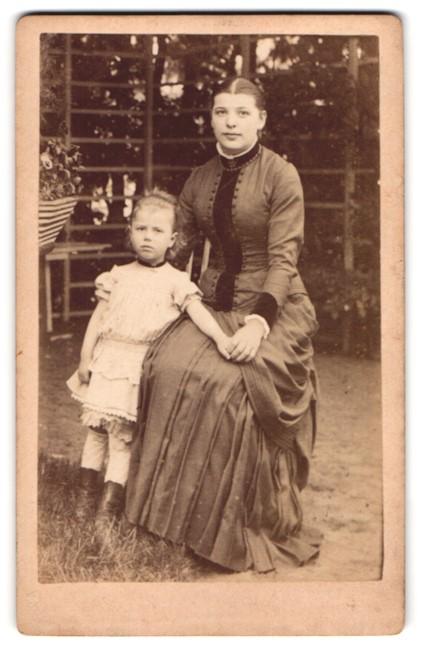 Fotografie unbekannter Fotograf und Ort, Portrait junge Mutter mit Tochter