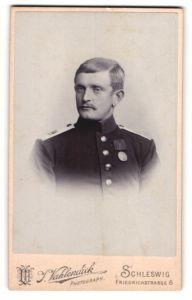 Fotografie J. Vahlendick, Schleswig, Brustportrait Soldat in Uniform mit Schulterklappe 84 und Orden