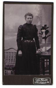 Fotografie Carl Müller, Leer, Portrait junge Dame in schwarzem Kleid
