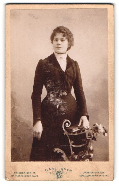Fotografie Carl Euen, Berlin-SW, Portrait junge Dame mit dunklem Haar