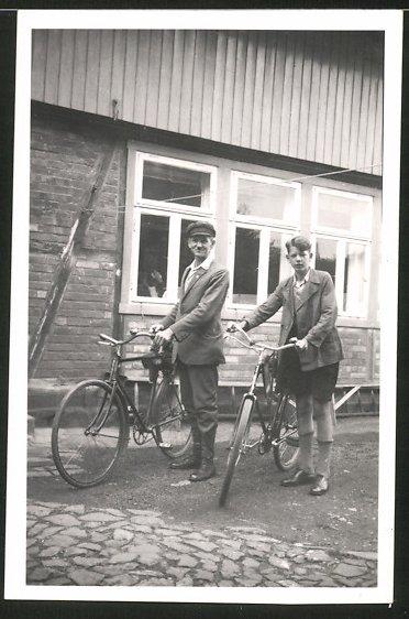 Fotografie Vater und Sohn mit Fahrrad starten zur Ausfahrt