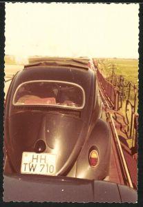 Fotografie Auto VW Käfer, Volkswagen PKW mit Faltdach auf einem Autozug