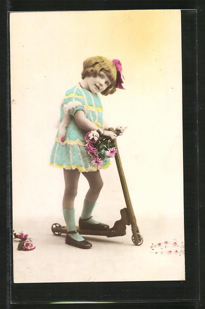 AK Kleines Mädchen mit Tretroller und Blumen