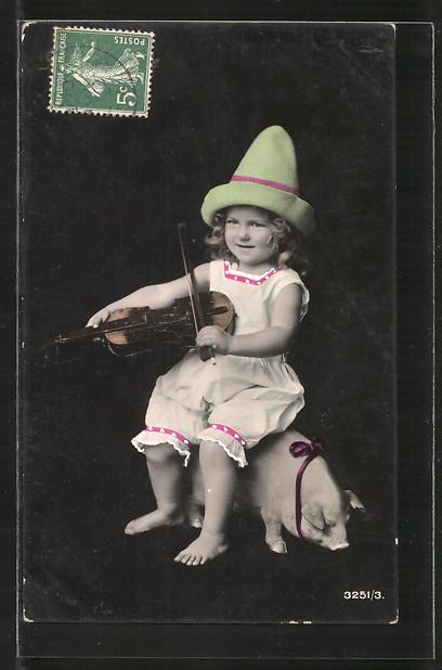 AK Junges Mädchen mit einer Geige sitzt auf einem Schwein