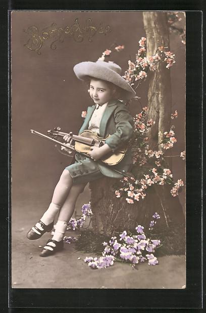 AK Junges Mädchen mit einer Geige sitzt auf einem Baumstumpf