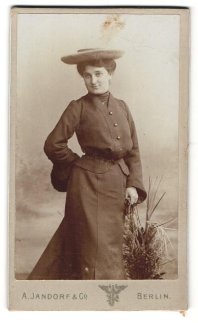Fotografie A. Jandorf & Co., Berlin, Portrait elegante junge Dame mit Hut