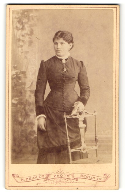 Fotografie H. Zeidler, Berlin-SW, Portrait junge Dame mit dunklem Haar