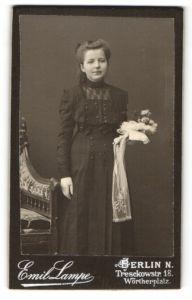 Fotografie Emil Lampe, Berlin-N, Portrait Mädchen mit zurückgebundenem Haar in schwarzem Kleid