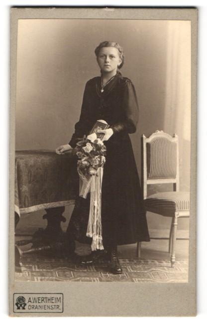 Fotografie A. Wertheim, Berlin, Portrait Mädchen in festlichem Kleid
