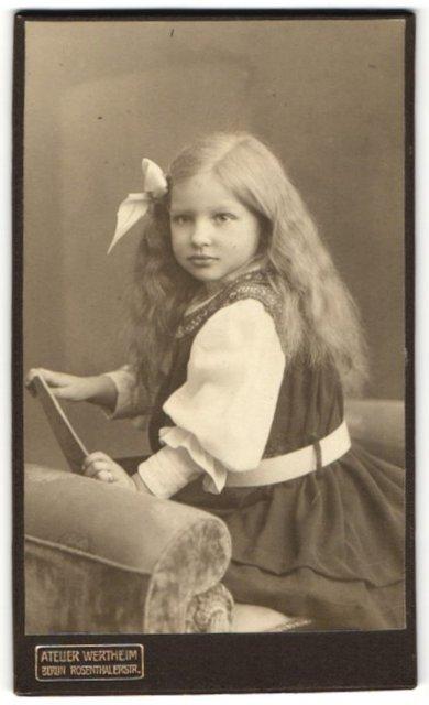 Fotografie Atelier Wertheim, Berlin, Portrait Mädchen mit wallendem Haar