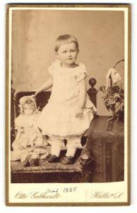 Fotografie Otto Gebhardt, Halle a/S, Portrait kleines Mädchen mit Puppe