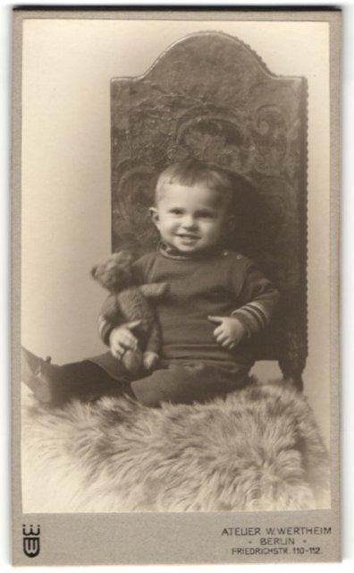 Fotografie Atelier Wertheim, Berlin, Portrait Kleinkind mit Teddybär