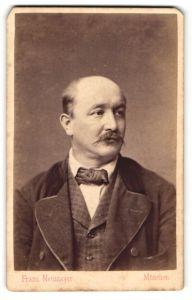 Fotografie Franz Neumayer, München, Brustportrait Herr mit Oberlippenbart