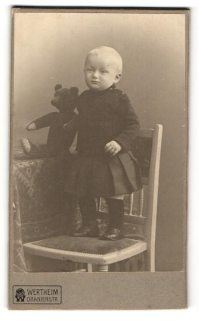 Fotografie Wertheim, unbekannter Ort, Portrait Kleinkind mit Teddy