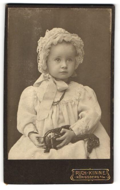 Fotografie Rich. Kinne, Königsberg N/M, Portrait Kleinkind mit Gummiball
