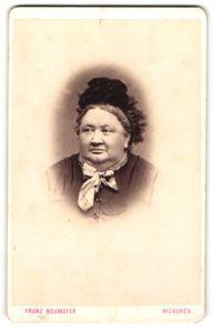 Fotografie Franz Neumayer, München, Brustportrait Greisin mit Haube