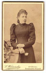 Fotografie G. Warminsky, Stendal, Portrait junge Dame in schwarzem Kleid