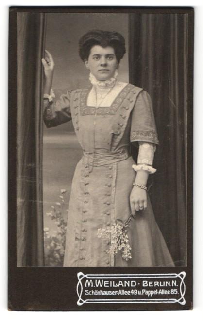 Fotografie M. Weiland, Berlin-N, Portrait Dame mit Hochsteckfrisur