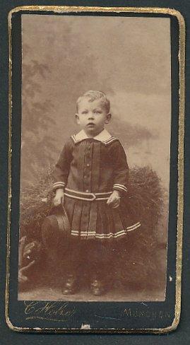 Fotografie C. Holzer, München, Portrait kleines Mädchen in Kleidchen
