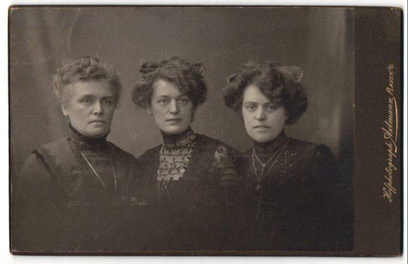 Fotografie Axtmann, Plauen i/V, Portrait Mutter und erwachsene Töchter mit Hochsteckfrisur