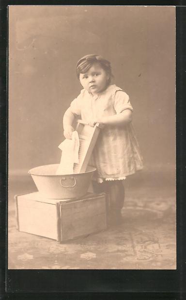 AK Kleine Waschfrau beim Wäsche waschen