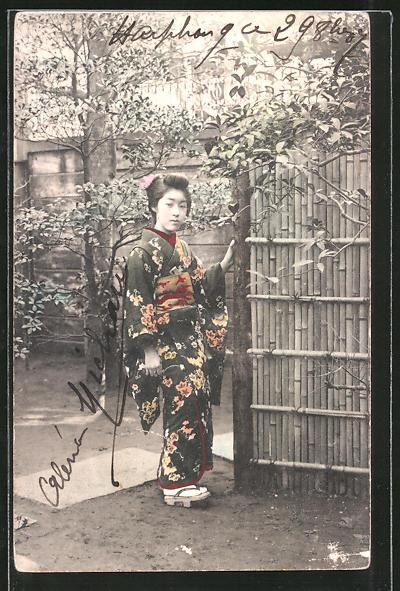 AK Geisha steht im Garten