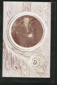 Foto-AK Porträt eines Jungen im Passepartout mit Pfauenauge