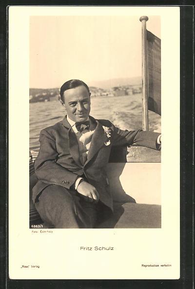 AK Schauspieler Fritz Schulz in Motorboot sitzend porträtiert