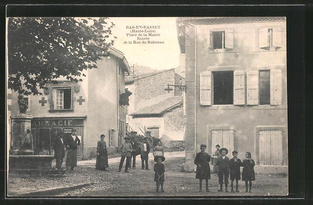 AK Bas-en-Basset, Place de la Mairie, Entrée de la Rue du Ruisseau