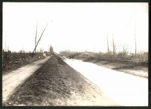 Fotografie 1.WK, Fotograf unbekannt, Ansicht Chauny, Beschuss deutscher Truppen 1917, zerstörte Brücke