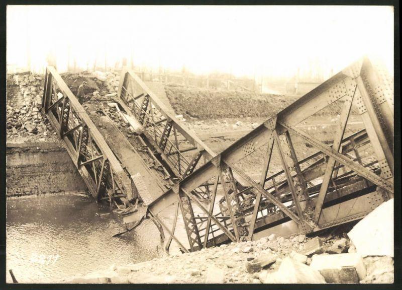 Fotografie 1.WK, Fotograf unbekannt, Ansicht Chauny, Beschuss deutscher Truppen 1917, Soldat & zerstörte Brücke