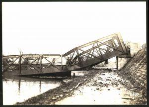 Fotografie 1.WK, Fotograf unbekannt, Ansicht Chauny, zerstörte Brücke neben dem Wehr am Canal de St. Quentin 1917