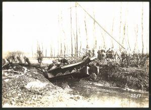 Fotografie 1.WK, Fotograf unbekannt, Ansicht Chauny, deutsche Soldaten am Canal de St. Quentin, zerstörte Brücke 1917