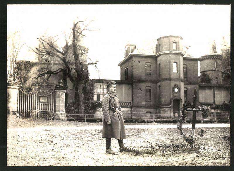 Fotografie 1.WK, Fotograf unbekannt, Ansicht Sedan-Donchery, deutscher Soldat am Schloss Bellevue, Kriegsgrab