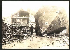 Fotografie 1.WK, Fotograf und Ort unbekannt, Kriegszerstörung, deutsche Soldaten neben Dach-Trümmer