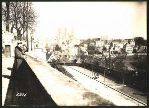 Fotografie 1.WK, Fotograf unbekannt, Ansicht Laon, deutsche Soldaten & Blick zur Kathedrale