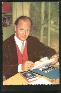 AK Schauspieler Curd Jürgens Brief schreibend porträtiert