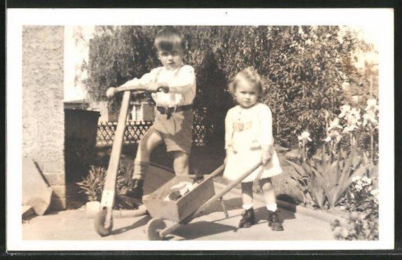 Foto-AK Kinder mit Tretroller und Schubkarre
