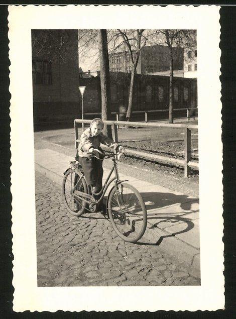 Fotografie Kothe, Görlitz, Knabe fährt mit Damen-Fahrrad