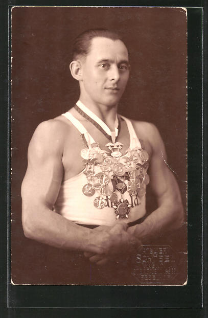 Foto-AK Gewichtheber mit Medaillen
