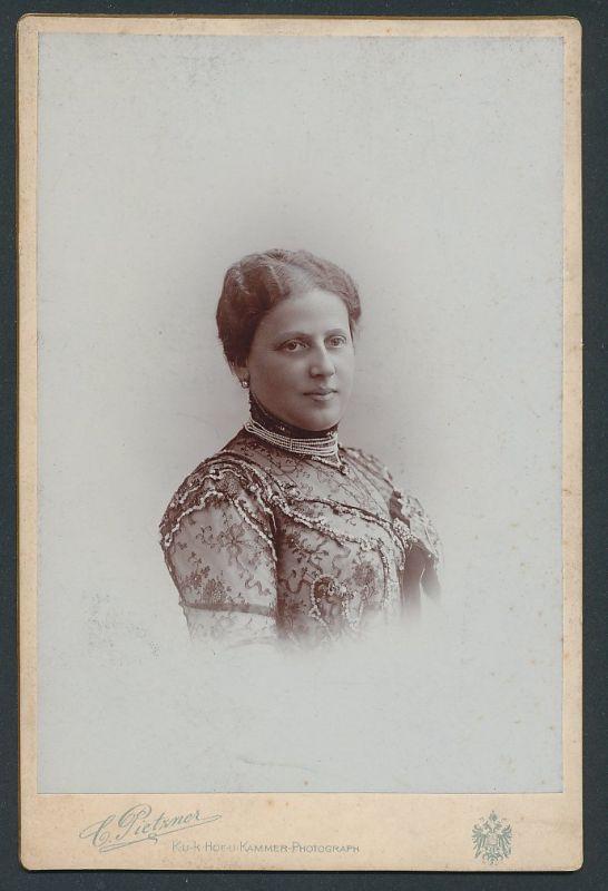 Fotografie C. Pietzner, Wien, Portrait bürgerliche Dame in Spitzenkleid