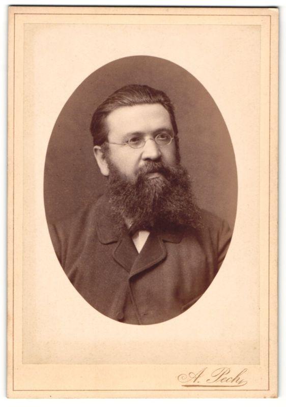 Fotografie A. Pech, Budweis, Portrait Herr mit Vollbart und Brille