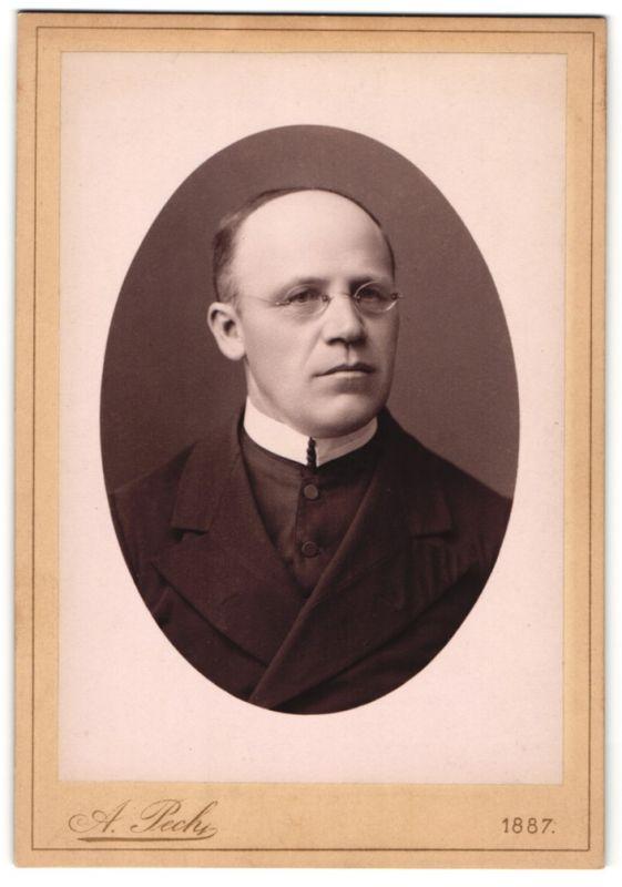 Fotografie A. Pech, Budweis, Portrait Geistlicher mit Brille