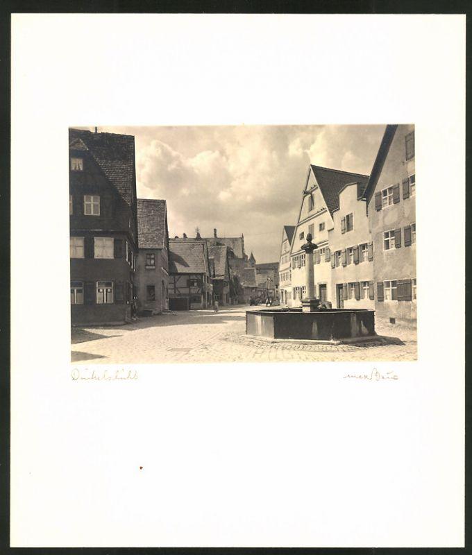Fotografie Max Baur, Ansicht Dinkelsbühl, Brunnen im Ortskern