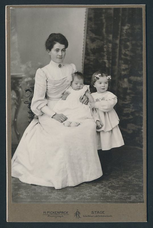 Fotografie H. Pickenpack, Stade, Portrait Mutter mit Tochter und Säugling