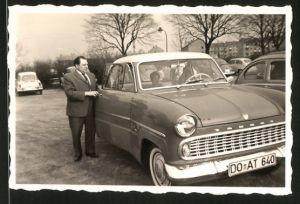 Fotografie Auto Ford Taunus, Fahrer neben PKW auf einem Parkplatz