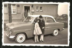 Fotografie Auto Ford Taunus 12m, Mädchen stehen neben PKW