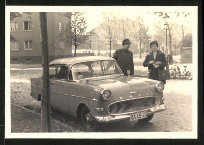 Fotografie Auto Opel Rekord, Paar neben PKW im Herbst