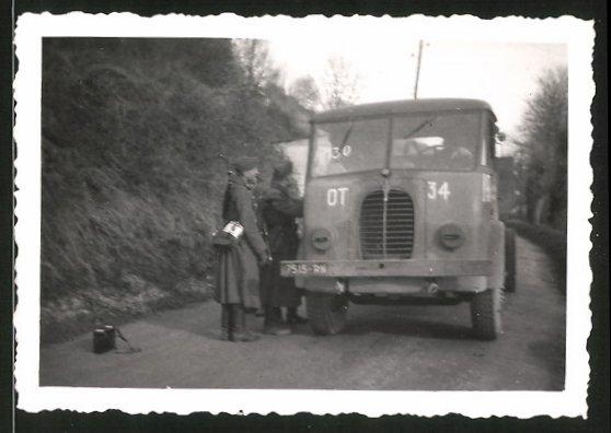 Fotografie 2.WK, LKW-Lastwagen, Pritsche mit Kennung OT-34, Soldaten kontrollieren Kfz in Frankreich